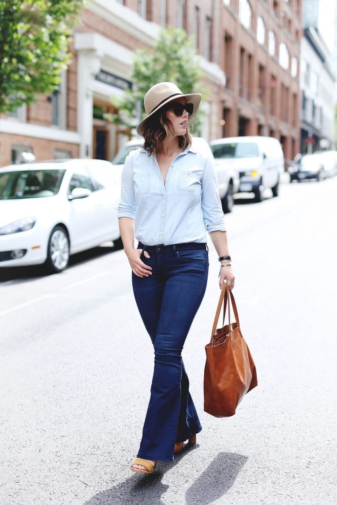 Casual seventies style in flared jeans