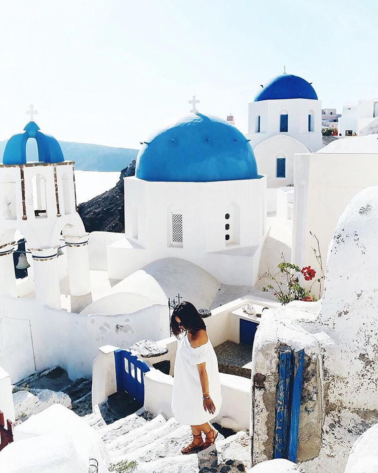Travel photography tips by To Vogue or Bust in Oia, Santorini